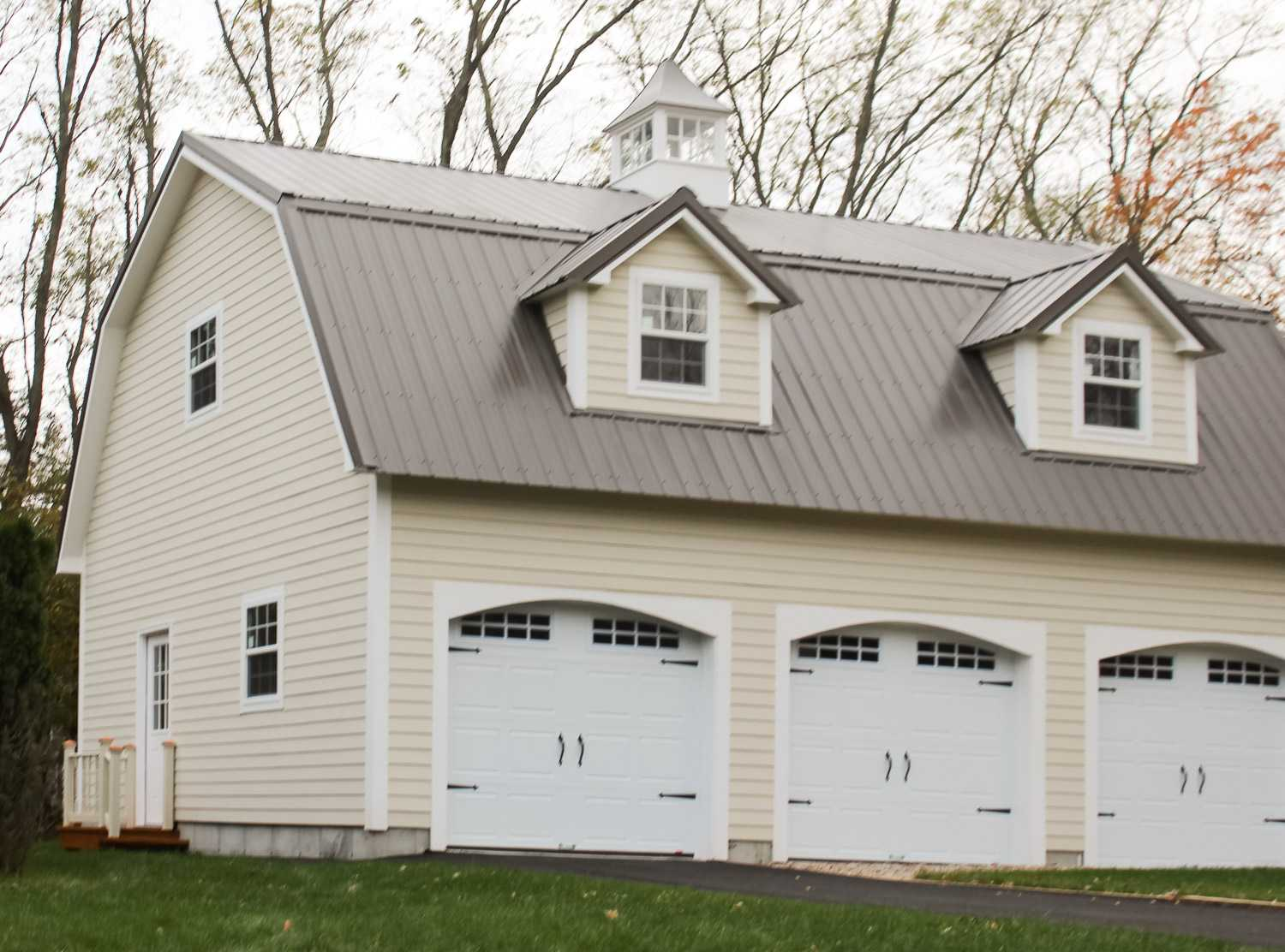 Garages baystate outdoor personia for Homes with three car garages
