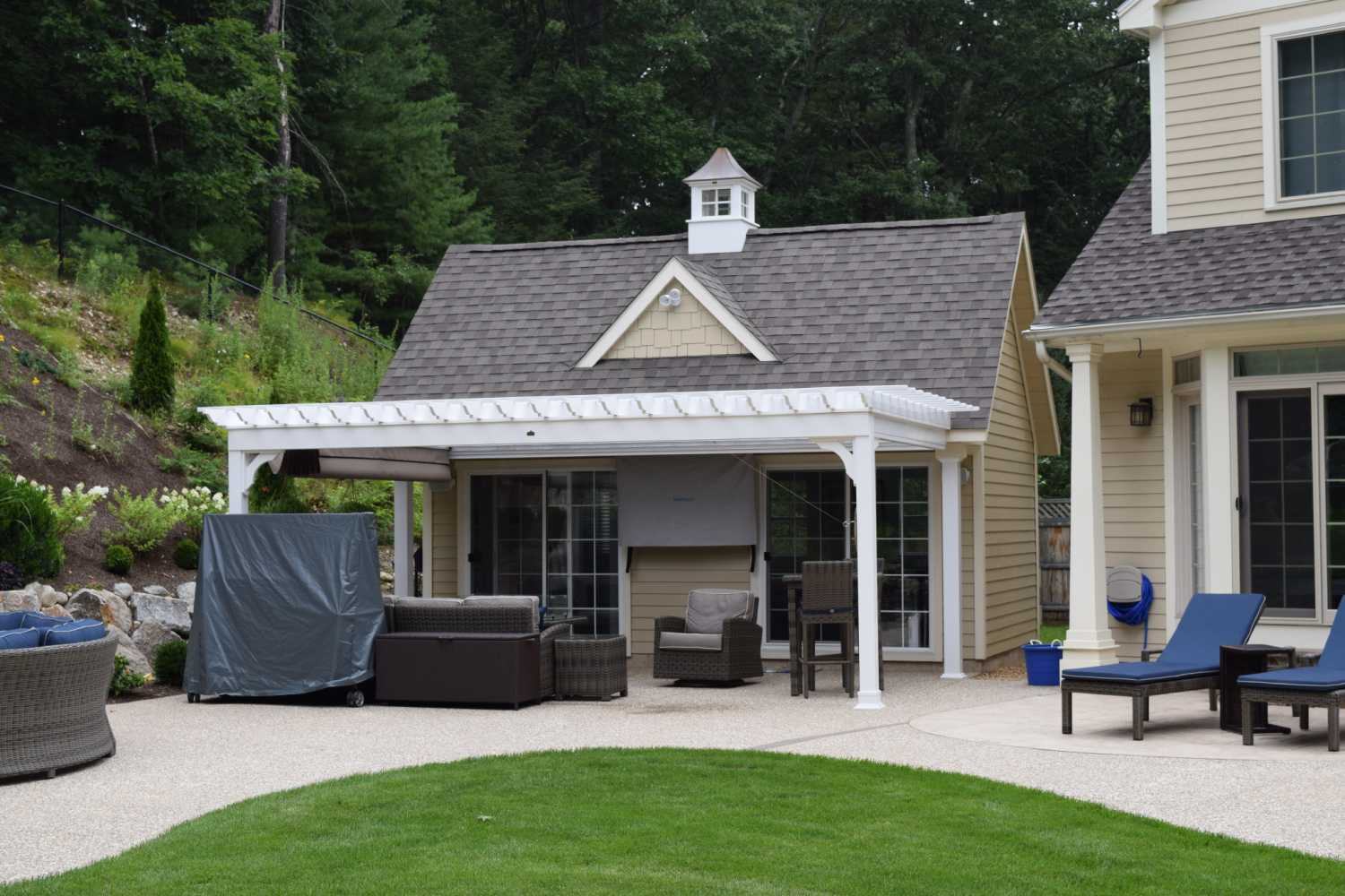 Pool houses baystate outdoor personia for Garage pool house